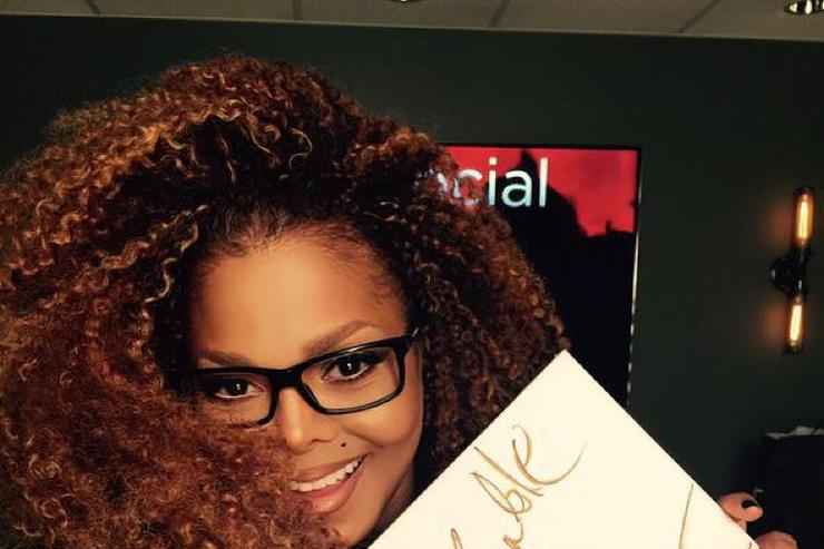 Janet Jackson signing Unbreakable poster on tour